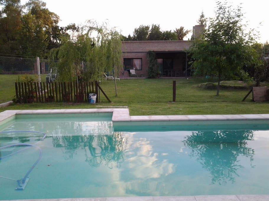 Casa con piscina a 20 centro casas en alquiler en for Piscina 9x4