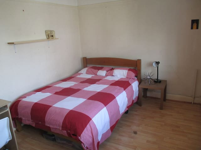 Double Room With Desk & On-Site Parking