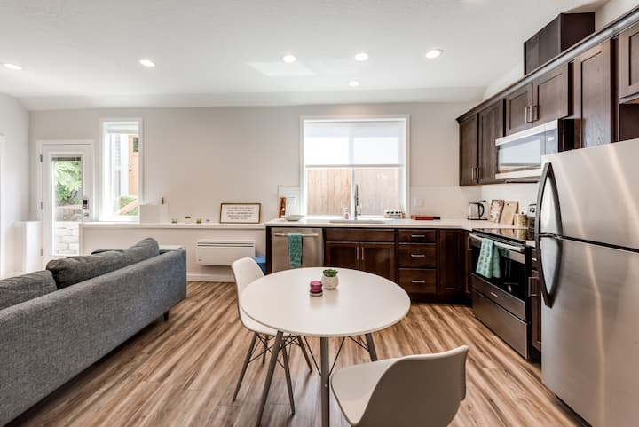 *On Alberta* Modern 2 bed apt in arts district!