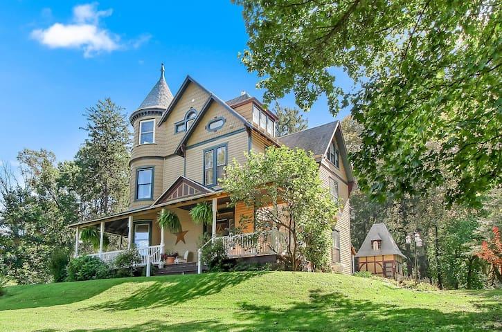 The South Mountain Inn Whole House Rental