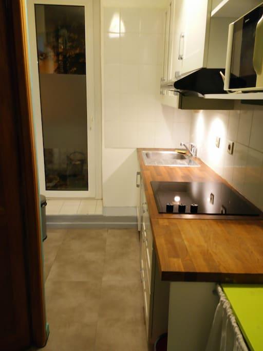 Une cuisine équipée avec petit balcon.