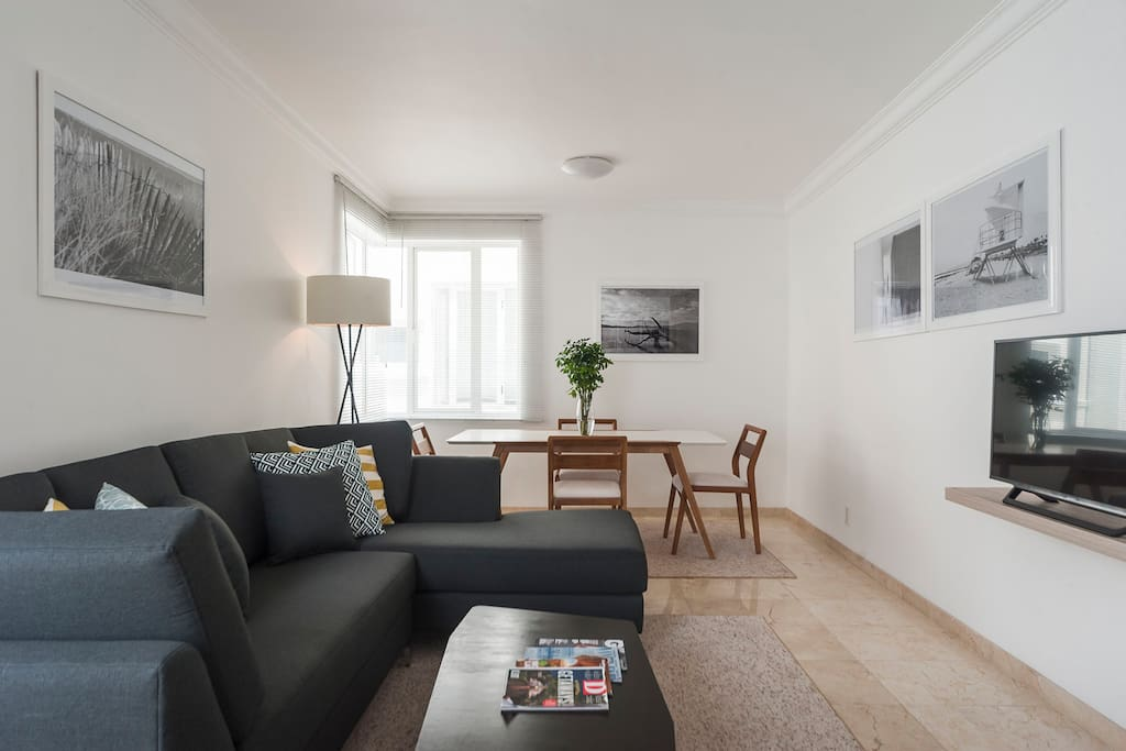Bright and spacious living area+dining area.