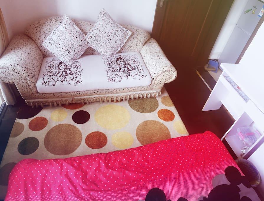 柔软的沙发,舒适的地毯