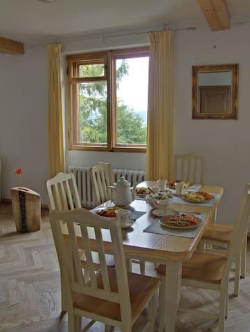 wspólny pokoj z kominkiem może być też miejscem spotkań i uroczystych kolacji