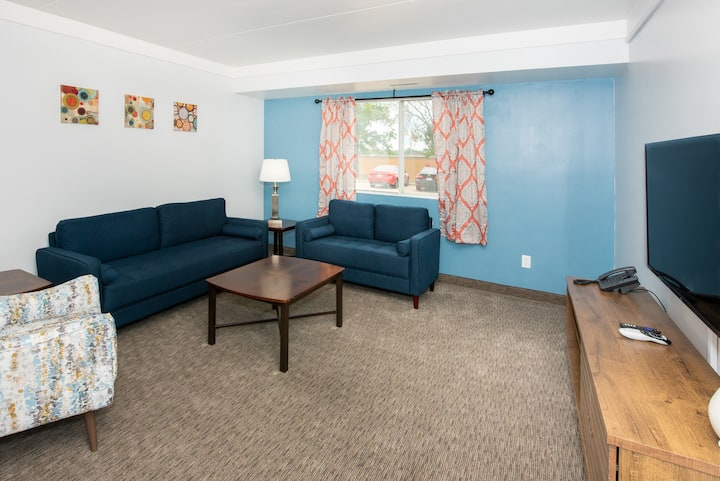 2BR Apt & Hotel Amenities for an Epic Stay!