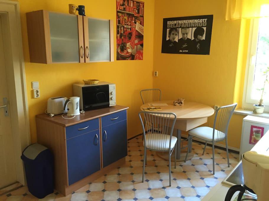Küche mit Mikrowelle, Toaster und Wasserkocher