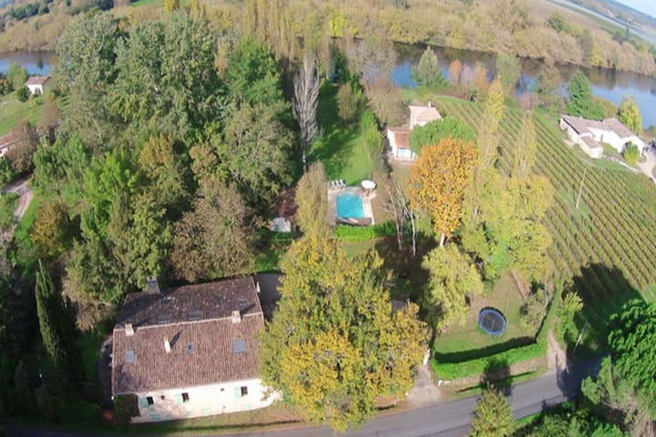 Gorgeous Mansion with Pool by the Riverside in Juillac