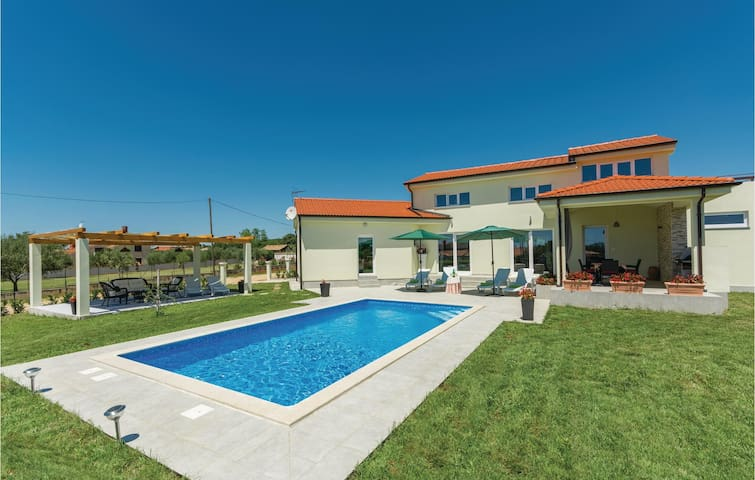 Holiday cottage with 2 bedrooms on 93 m² in Labinci
