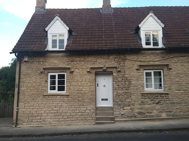 Gorgeous Hill Cottage  Irnham village
