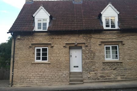 Gorgeous Hill Cottage  Irnham village