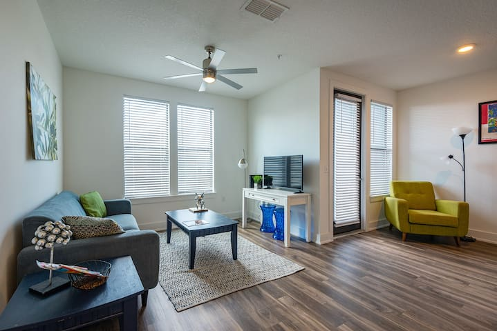 Coastal + Vibrant 2BR Apt in Hyde Park w/ Parking