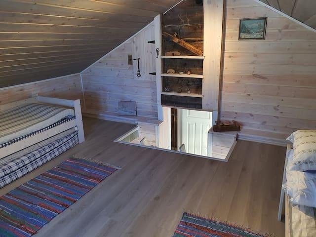 Hems med to enkeltsenger og ekstra madrasser.