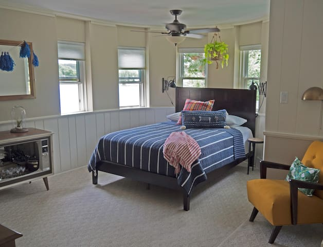 Master suite 3 with queen bed, lake and garden views