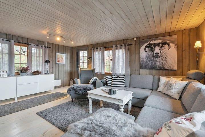 563, Hjemmekoselig hytte med flott utsikt