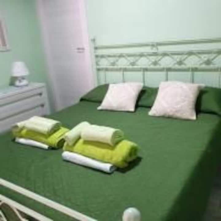 Camera matrimoniale con bagno e cucina.IUN P5386