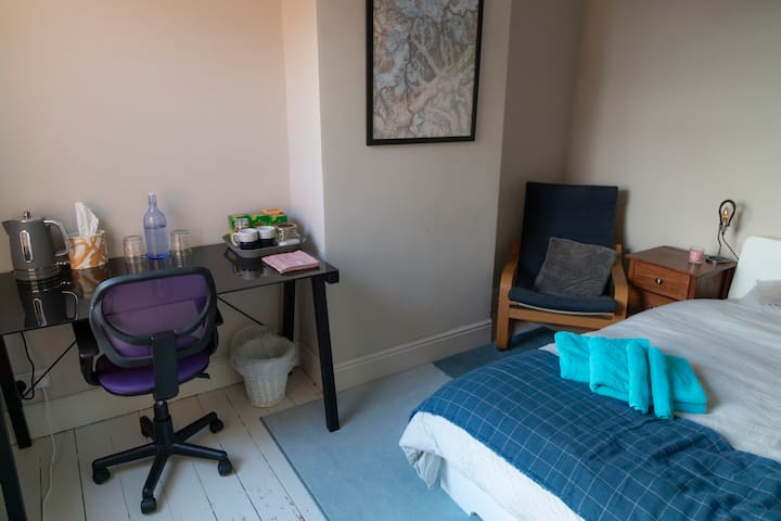 Central Bletchley Double Bedroom with Workspace
