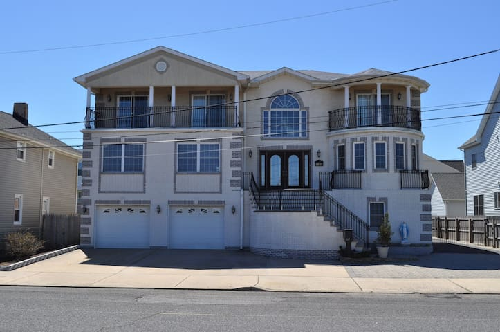 Jersey Shore beachhouse for big groups/families!