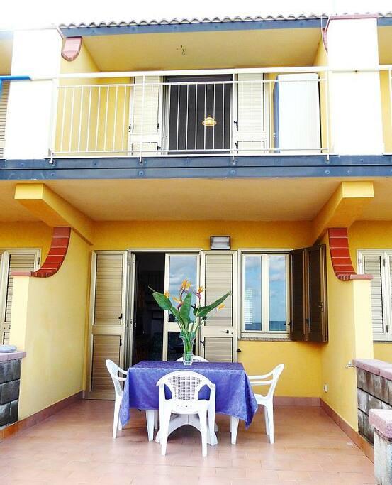 Piano terra: terrazzo, soggiorno con divano letto, cucina, wc, giardino; primo piano: 2 stanze da letto e bagno con doccia
