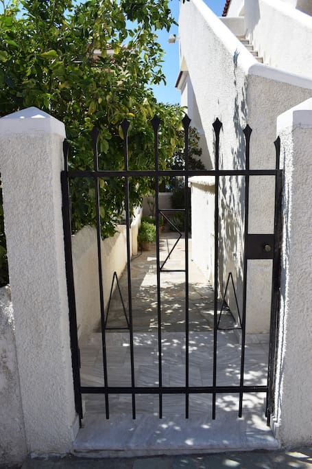 η είσοδος στην αυλή και στον κήπο