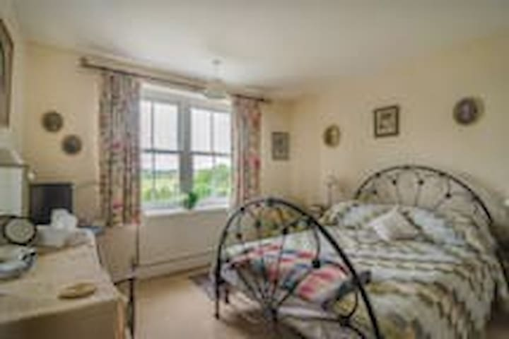 The double room is quite spacious with a comfy bed and tea making facilities. There is an ensuite bathroom with bath and shower.