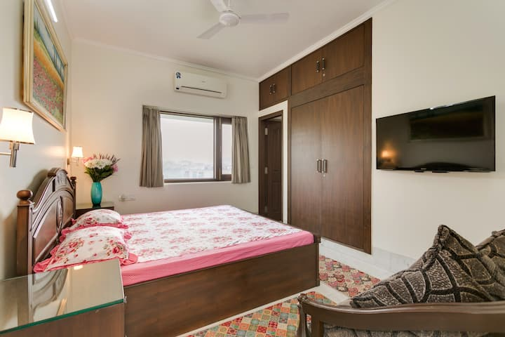 Tasteful Upscale Apartment with Quality Furnishing