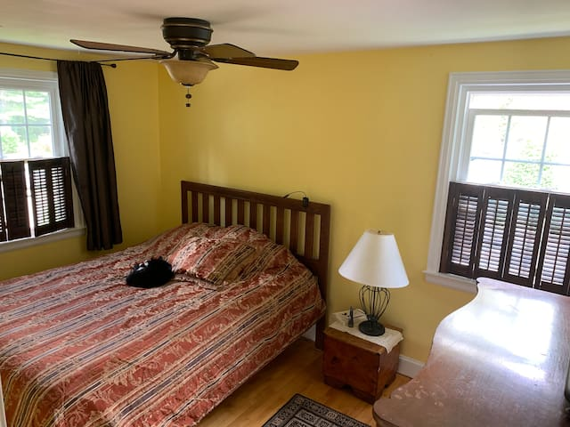 Inexpensive lovely queen room 1 mile from airport