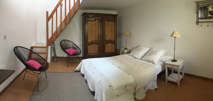 Petite maison-chambre avec coin cuisine + terrasse