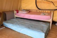 글램핑텐트 내부 침대입니다.