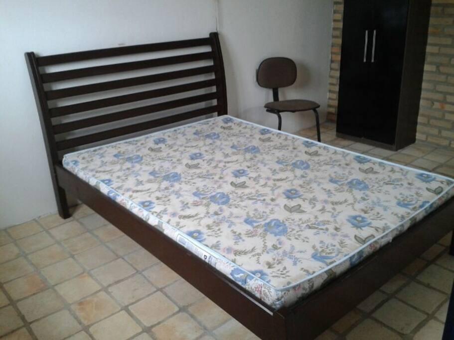 Suíte amplo com cama de casal e banheiro privativo.
