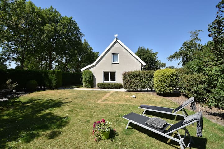 Peaceful Holiday Home in Zonnemaire with Garden