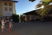Unser Innenhof mit Vinothek links hinten im Bild