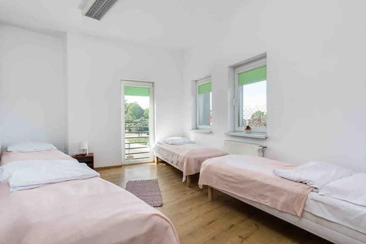 GEMS Hostel pokój 4osobowy ze wspólną łazienką