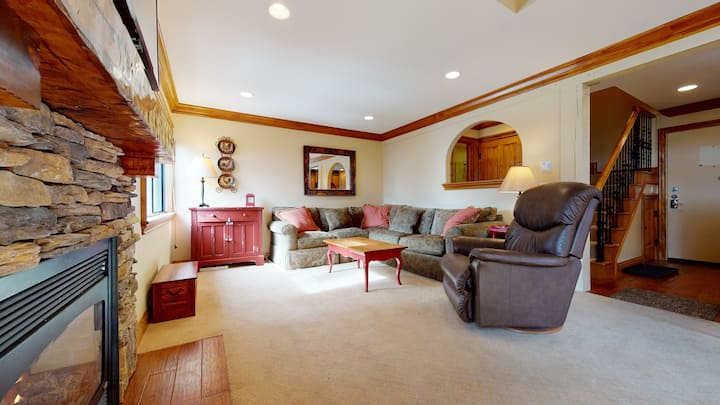 2 Bedroom/2 bathroom condo close to Canyon Lodge-Updated with mountain views!