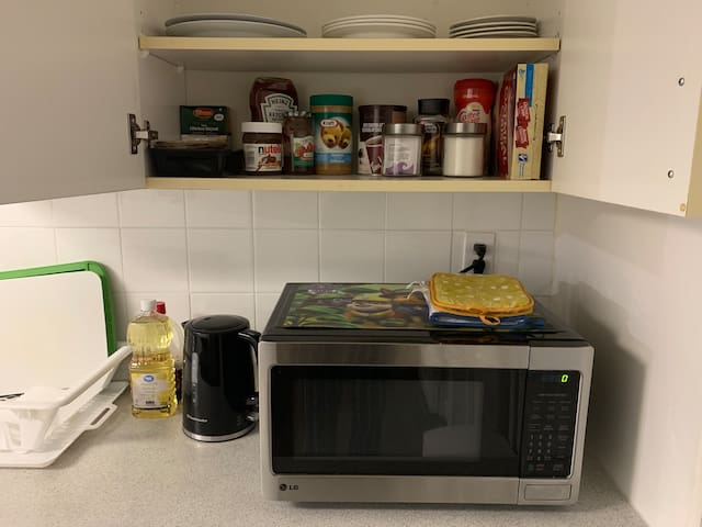 There's a complimentary basic breakfast. The coffee, tea, cereal, oatmeal, bread and bread spreads are in the shelf above the microwave.  Cooking essentials are provided but groceries are not included. Help yourself, feel at home!