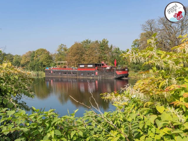 Barge-Apartment-Ensuite with Shower-Lake View