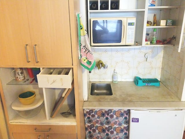 Elementos de cocina, heladera, microondas, cubiertos, vasos, tazas y platos!