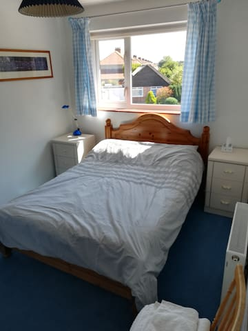 Havant - clean comfy double room with breakfast