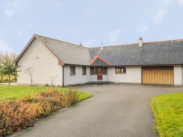 THE GLEBE, pet friendly, with open fire in Invergordon, Ref 996054