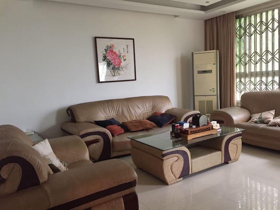 一楼超大的客厅和舒适的沙发