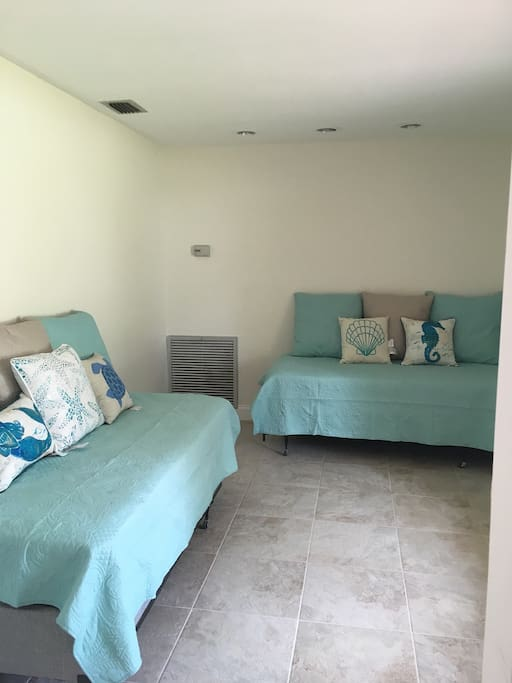 4th room , two twin beds / couches