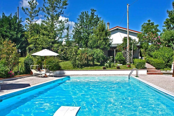 Villa with private swimming pool, lush and large garden, beautiful area