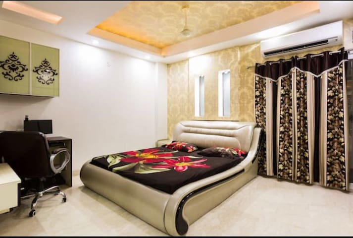 Fully AC Master Bedroom in 4BHK Flat in New Delhi - Delhi - Apartment