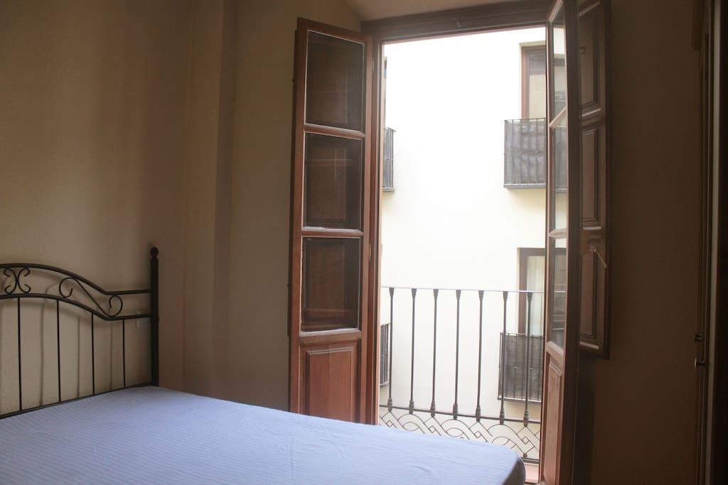 La habitación tiene su propio balcón por donde entra una gran cantidad de luz natural