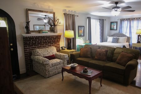 MASTER SUITE / CLOSE TO MASTERS & MEDICAL DISTRICT