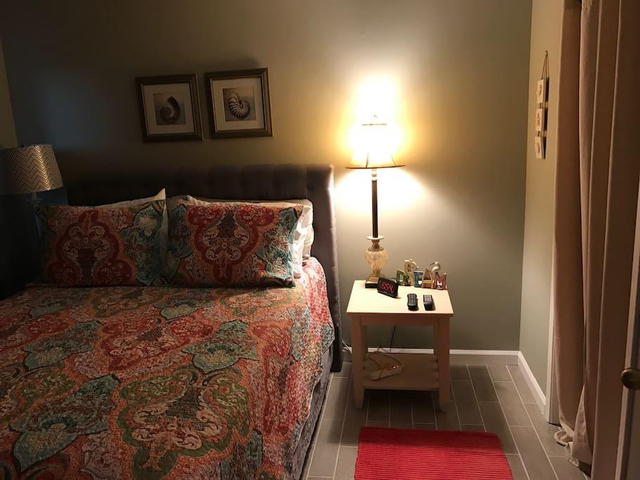 Master Bedroom with Queen Bed.  32 inch Flat Screen TV