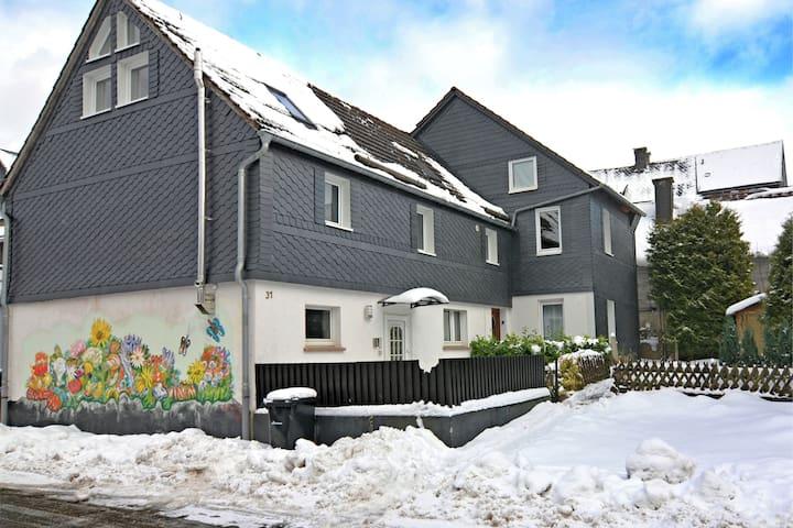 Knus appartement in Sauerland met uitzicht op de heuvels