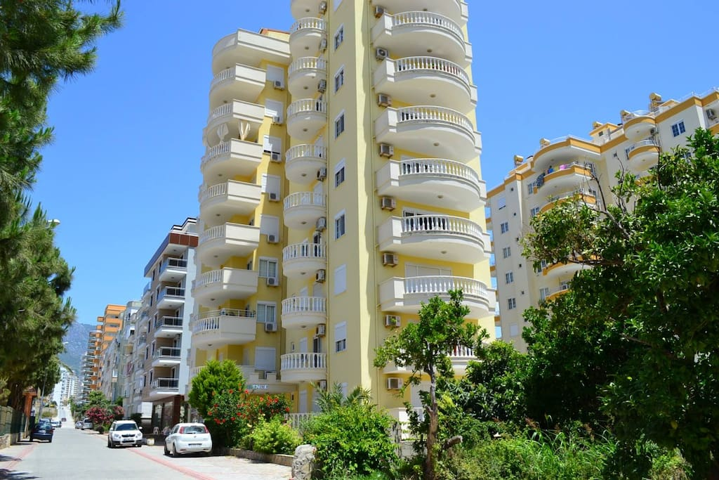 Appartment 5minutes from the beach & close to shopping, restaurants and markets. All rooms with air conditioning.