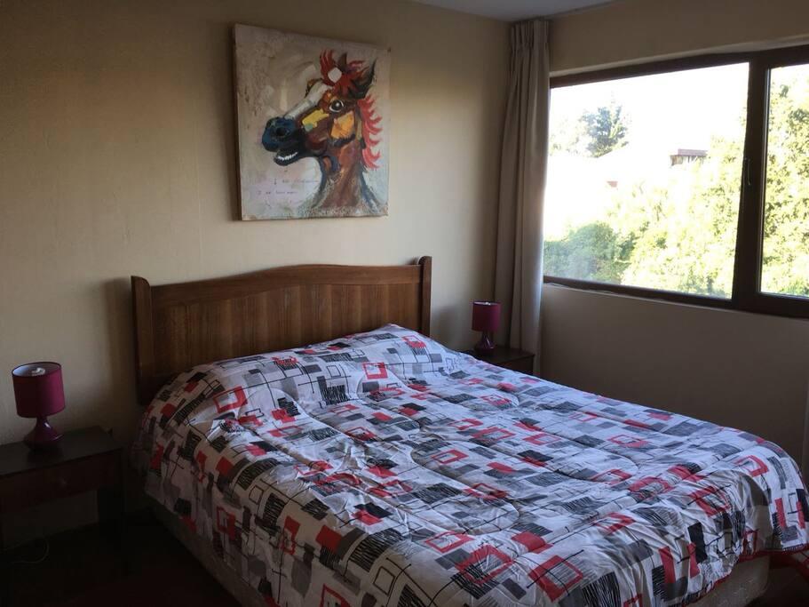 Dormitorio principal con cama matrimonial