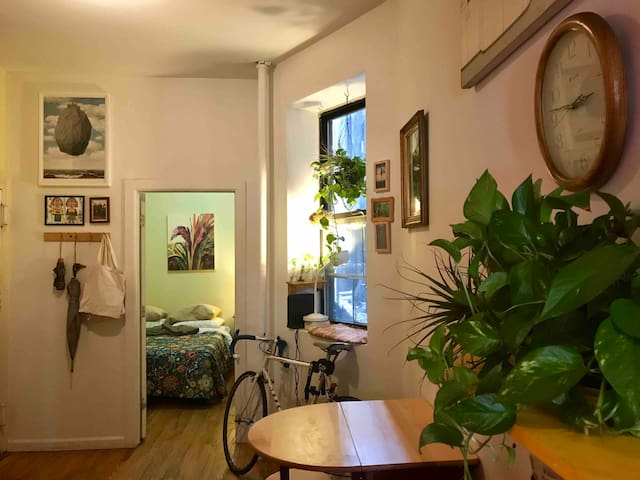 Cozy Room for 2 in Historic Chinatown Tenement!
