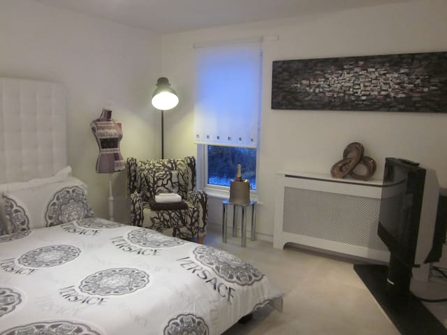 Luxury Canal Side Apartment with Sky on Demand TV